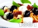 Рецепта Салата с фузили, моцарела, сушени домати и маслини